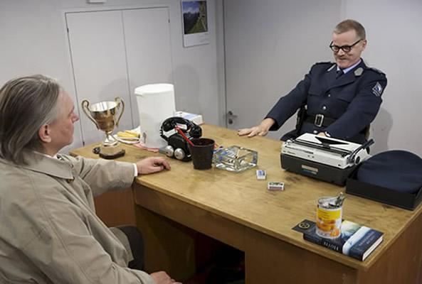 René Peier als Polizeibeamter in 'Loch im Herz', 2010 Sogar Theater, Zürich & Gastspiele03